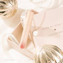 Make it a December to remember and shine bright this holiday season with our sparkly set of Perfect Matte Lip Coat & @loulourose.co 14K Rose Gold Dipjewelries 🤩🤩🤩⠀ ⠀ Leave a ✨ emoji below if you want us to do another Dear Me X Loulourose giveaway! 😍⠀ ⠀ -⠀ ⠀ Buat Desembermu semakin berkesan dengan kilau cantik dari bundle spesial Perfect Matte Lip Coat dan perhiasaan & @loulourose.co 14K Rose Gold Dip 🤩🤩🤩⠀ ⠀ Komen dengan emoji ✨ kalo kalian mau Dear Me Beauty untuk ngadain lagi giveaway bareng Loulourose! 😍⠀ .⠀ #DearMeBeauty #LocalsBetterTogether